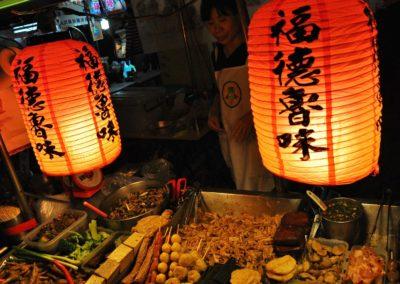 Stánek s občerstvením na nočním trhu Raohe v Taipei