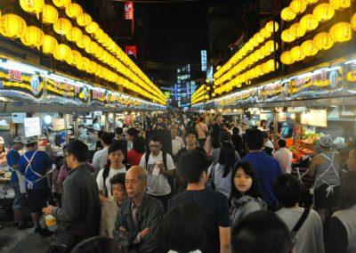 Noční trh Miaokou ve městě Keelung na Taiwanu