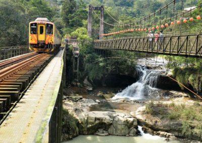 Železnice a vodopád v údolí Pingxi poblíž Taipei