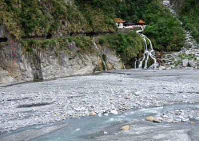 Vodopád a chrám Eternal Spring Shrine v soutěsce Taroko
