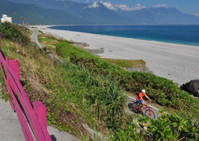 Cyklostezka podél oceánu ve městě Hualien na Taiwanu