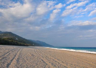Dlouhá písečná pláž Taimali na ostrově Taiwan