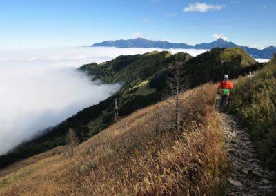 Turista sestupující z hory Xueshan na Taiwanu