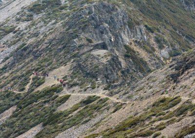 Turisté stoupají po úzké stezce na druhou nejvyšší horu ostrova Taiwan