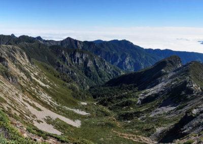 Pohled z hory Xueshan v národním parku Sheipa na Taiwanu