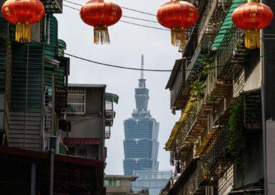 Moderní mrakkodrap Taipei 101 a staré uličky a lucerny