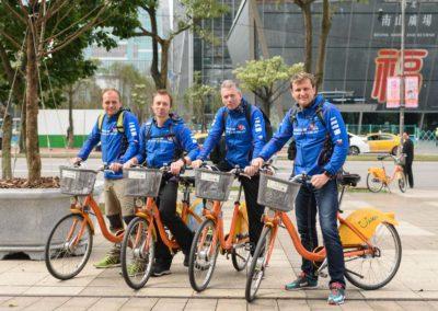 Skupina cyklistů na sdílených kolech YouBike v Taipei
