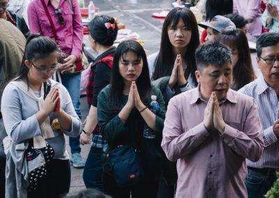 Modlící se taoisté v chrámu na Taiwanu