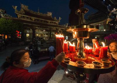 Večerní atmosféra v chrámu Longshan v centru Tchaj-pej na ostrově Tchaj-wan