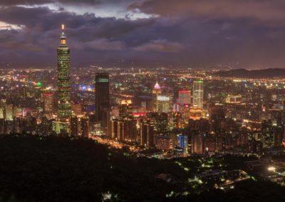 Noční pohle na osvětlené Tchaj-pej ze Sloní hory (Elephant Mountain)