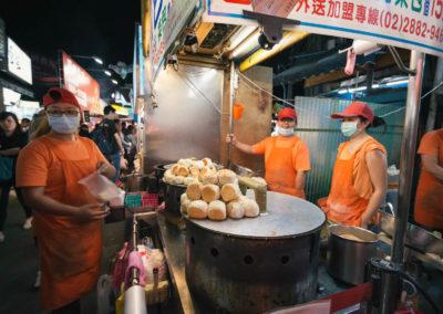Stánek s čínskými knedlíčky na nočním trhu Raohe v Taipei