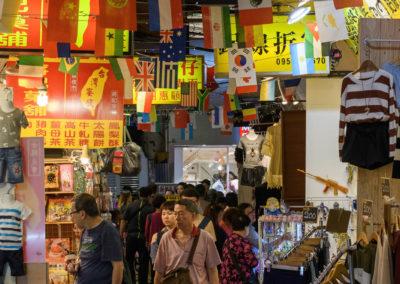 Ulička na nočním trhu Shilin v Tchaj-pej