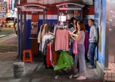 Stánek s oblečením na ulici nočního trhu Shilin