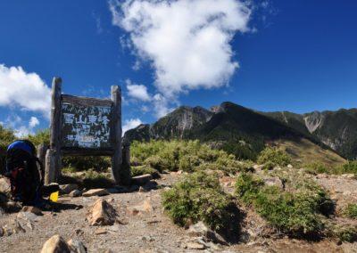Značka východního vrcholu hory Xueshan na ostrově Taiwan