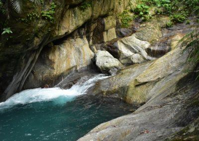 Divoká horská říčka v okrese Taitung na Taiwanu