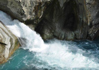 Divoká horská řeka v NP Taroko na ostrově Taiwan