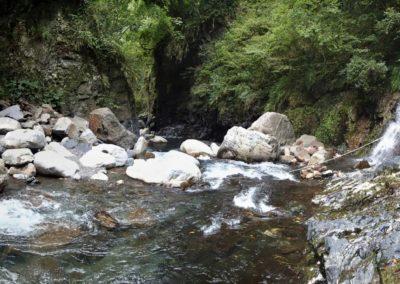 Chůze podél řeky v horách Tchaj-wanu