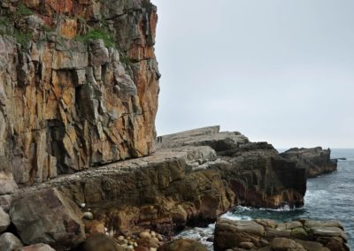 Skalní útesy Longdong na severním pobřeží Taiwanu