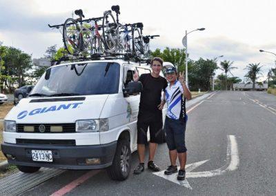 Doprovodné vozidlo Giant a průvodci na cyklozájezdu na Taiwan