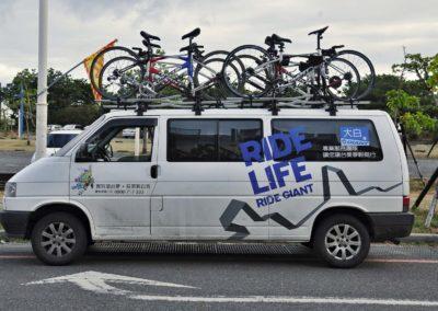 Doprovodné vozidlo Giant na cyklozájezdu na Taiwan