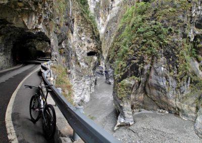 Tunely a bicykl v soutěsce Taroko