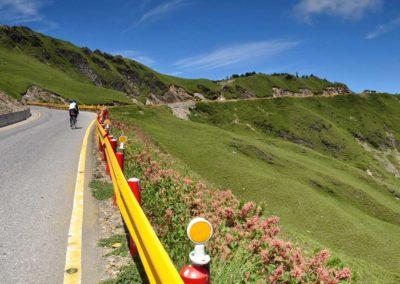 Cyklista na silničním kole v pohoří Hehuanshan na Taiwanu