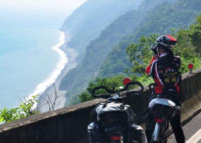 Jízda na kole podél útesů Qingshui na Taiwanu