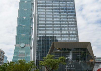 Cyklisté a mrakodrap Taipei 101