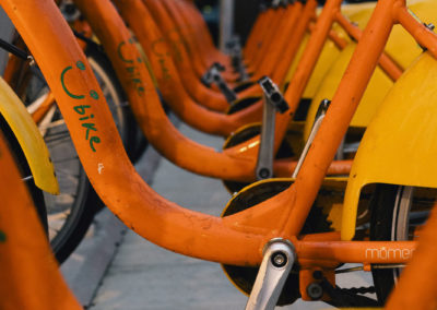 Zářivě oranžová městská kola YouBike v Taipei