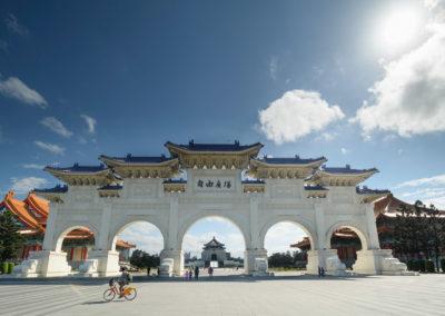 Městské kolo YouBike před Chiang Kai-shekovým památníkem v Taipei