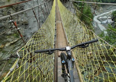 Jízda na horském kole přes visutý most na Taiwanu