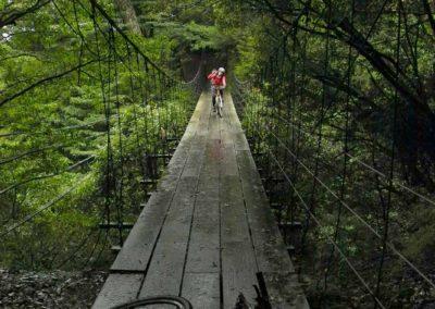 Jízda na horském kole přes visutý most v národním parku Taroko