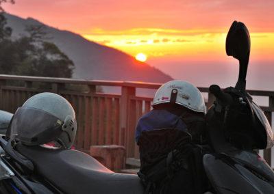 Západ slunce a motorka v horách Taiwanu