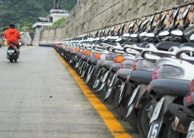 Desítky zaparkovaných motorek ve městě Taipei