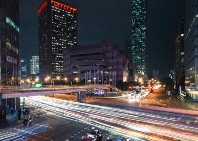 Skútry na rušné křižovatce v centru Taipei
