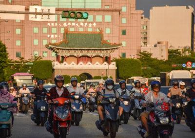 Desítky skútrů před historickou branou do Taipei