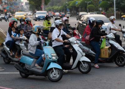 Taiwanci na skútrech v centru Tchaj-pej