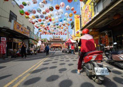Tradiční ulice Taiwanu s motorkou