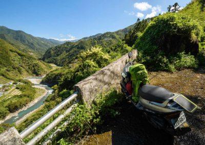 Plně naložený expediční off-road skútr v horách ostrova Taiwan
