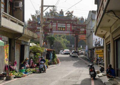 Typická scéna z Taiwanu - pouliční prodejci, chrám a motorky