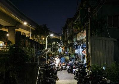 Parkoviště skútrů na nočním trhu Shilin v Taipei