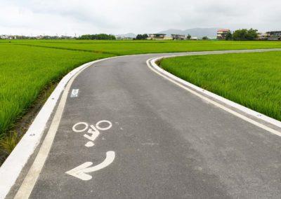 Cyklostezka po rýžovém poli v okrese Yilan na východě Taiwanu