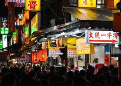 Rušná ulice nočního trhu Raohe v Taipei
