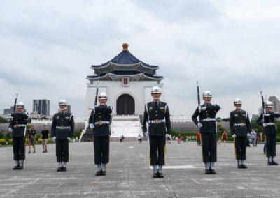 Ceremonie střídání střáží před památníkem Chiang Kai-sheka v Tchaj-pej