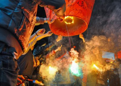 Vypouštění tradičních lampionů štěstí ve vesnici Pingxi na severu Taiwanu