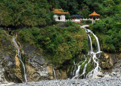 Chrám s vodopádem v národním parku Taroko na Taiwanu