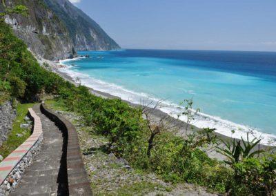 Pláž pod útesy Qingshui na východě Taiwanu