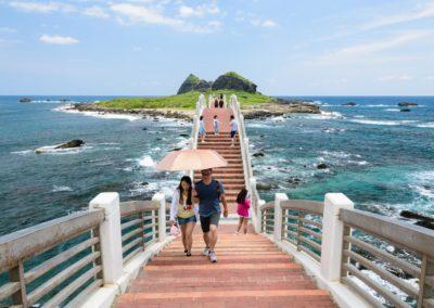 Turisté na mostě přes moře na ostrov Sanxiantai