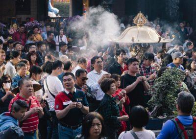 Modlící se taoisté ve chrámu bohyně Matsu v Tainanu
