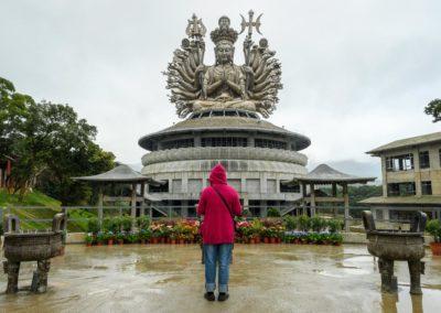 Modlící se buddhista ve chrámu bohyně Guanyin
